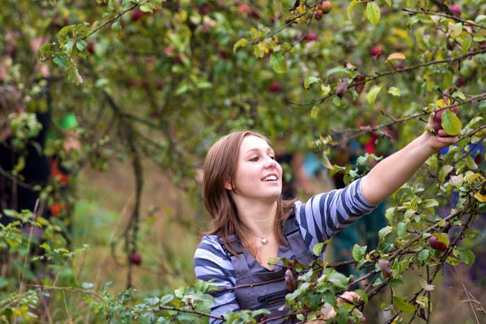 studentka v sadu